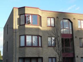 Centraal gelegen hoekappartement (85m²) op 2e verdiep van rustige residentie. Indeling: inkom, ingerichte keuken, lichtrijke woonkamer, be
