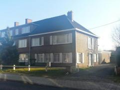 Ruime gezinswoning (HOB) met achterliggend magazijn/bureau en tuin gelegen in het centrum van Drongen. Indeling: woonkamer met authentieke parketvloer