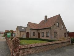 Deze instapklare woning heeft een prachtige ligging en GEEN betalend verbruik van elektriciteit en verwarming dank zij d...