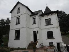 Prachtig gelegen herenhuis met garage en tuin! Deze woning omvat op het gelijkvloers: inkomhal, gang, ruime living, ...