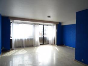 APPARTEMENT situé centre La Louvière, 2 chambres, hall d'entrée, grand living lumineux, cuisine meublée, sdb, wc sé