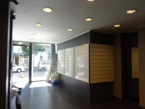 Très beau rez-de-chaussée commercial - situé plein centre de LA LOUVIERE - magasin +- 40 m2 avec réserves et partie privat