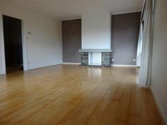 Très bel appartement spacieux et lumineux : hall, grand living avec parquet et terrasse, cuisine équipée, salle-de-bain, wc s&eac
