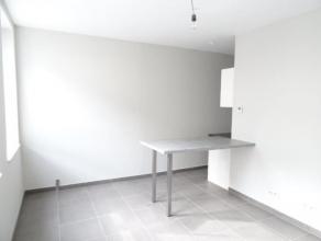 TRES BEL APPARTEMENT NEUF avec cuisine équipée :  idéalement situé : hall d'entrée,  beau living,  salle-de-bains.