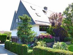 In een weelderige groene omgeving, perfect onderhouden klassieke villa (3 gevels). De hoofdwoning bestaat uit: - onder grond: garage voor 2 wagens, gr