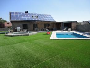 Landelijk gelegen villa met zwembad op een perceel van 1214 m², te Stokrooie, Hasselt. Zuid georiënteerde tuin met prachtig dieptezicht. Geb