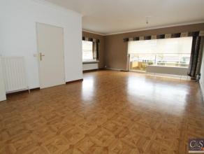 Goed onderhouden hoekappartement met 2 slaapkamers.We betreden dit appartement gelegen op de 1ste verdieping via de ruime inkomhal. De woonkamer (36m&