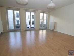 Modern appartement met een ruime woonkamer (ca.32m²) op laminaat en een open ingerichte keuken in donker hout. Aansluitend aan de woonkamer is ee