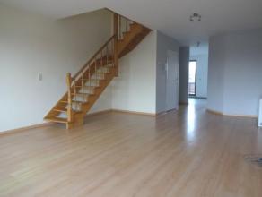 Een duplex appartement op de 1ste en 2de verdieping (ca.90m²) met een zonneterras van ca. 10m². Indeling: inkomhal, ruime woon- en eetkamer