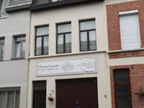Ruim duplex appartement met op eerste verdieping L-woonkamer met zit- en eetruimte op laminaatvloer (23m2), gesloten keuken op tegelvloer met electris