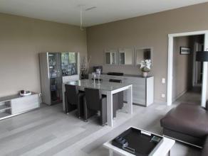 Prachtig appartement (122m2) met drie slaapkamers en volledig stijlvol bemeubeld met riant zicht op Park Spoor Noord. Inkomhal met vestiarie en privat