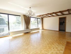 Ruim kwalitatief afgewerkt appartement (ca. 115m²) met drie slaapkamers en garage.Inkomhal met vestiaire, ruime woon- en eetkamer (ca. 52m²)