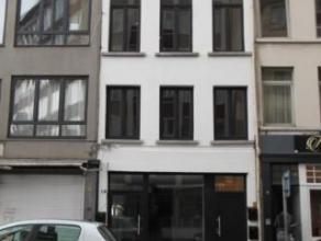 Trendy en hip appartement, restyling en ontwerp door Monique Stam.Appartement op de eerste verdieping in een klein gebouw.Vooraan living met open keuk