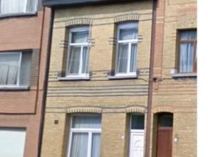Prima gerenoveerde gezellige woning op centrale ligging vlakbij centrum. Inkom en gang met authentieke elementen. Toegang tot woonkamer met zitplaats