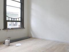 Volledig vernieuwde en luxueus afgewerkt studio-kamer op parketvloer.Privatieve douchekamer, en keuken.Nieuwe dubbele beglazing, nieuwe cv op gas.Geme