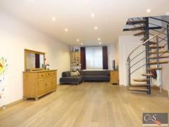 Instapklare perfect afgewerkte woning met tuin.Inkomhal met vestiaire, ruime woon- en eetkamer (ca. 40m²) op parketvloer met aansluitend een half
