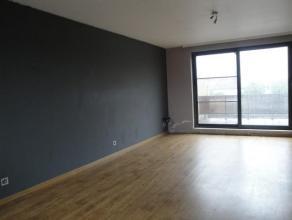 Mooi dakappartement met een ruim zonneterras van ca. 15m². Indeling: inkomhal, ruime woonkamer ca. 25m² op laminaatvloer, met aansluitend ee