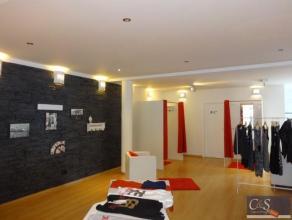 Een mooie afgewerkte winkelruimte van  ca.135 m² + aansluitende garage/opslagruimte van ca 18 m².De winkel is gelegen vlakbij scholen, goed