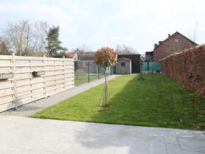 Nabij alle invalswegen, scholen en winkels een luxueus gelijkvloers nieuwbouwappartement. Ruime woonkamer (ca. 40m²) met toegang tot het zonne-te