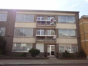 Goed gelegen appartement op de tweede verdieping van een klein gebouw.Inkomhal met vestiairekast, gastentoilet,  zonnige living (ca. 28m²) op teg