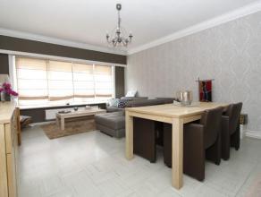 Verzorgd gelijkvloers appartement met terras in een rustige wijk met 2 slaapkamers.Inkomhal met vestiaire, woon-en eetkamer op tegelvloer (ca 28m), ke