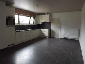 Volledig gerenoveerde woning = te beschouwen als nieuwbouw.Indeling en omschrijving :Gelijkvloers :Inkomhal, ruime L-vormige woonkamer, ruime ingerich