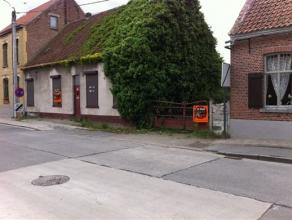 Volledig te renoveren of af te breken hoevetje ,pittoresk gelegen buiten de dorpskern van Moerbeke-Waas. Het hoevetje is gelegen op een perceel van +/