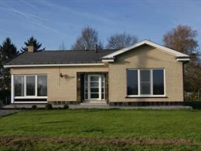 Deze opgeknapte bungalow is landelijk gelegen met weids zicht over de velden! Indeling: inkom, ruime living met haard, nieuwe keuken, nieuwe badkamer,