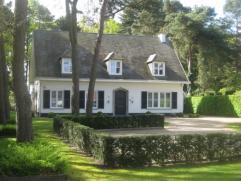 Statige villa op een perceel van 19a 47ca omgevormd tot kantoorgebouw. Volledig omheind met mooie aangelegde tuin en terras. Deels onderkelderd. Ga