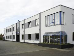 Kantoorgebouw met ruime parkeergelegenheid.  Het gebouw omvat diverse bureelruimtes, vergaderzalen, toiletten op beide verdiepingen, receptie- en on