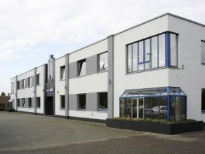 Kantoorgebouw met ruime parkeergelegenheid.<br /> <br /> Het gebouw omvat diverse bureelruimtes, vergaderzalen, toiletten op beide verdiepingen, rec