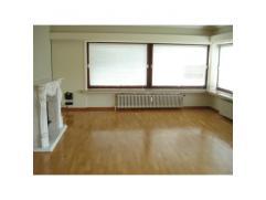 Kom tot rust in dit zonnig appartement met ruime living (34 m2) in parket, volledig geïnstalleerde keuken (onderkasten, hangkasten, oven, frigo,