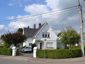 Une maison d'habitation 4 façades avec garage et beau jardin. Ss-sol: cave-chaufferie, 1 autre petite cave. Rez: coul., w.-c., cuis., liv.-sal.