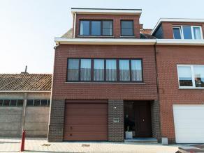 Zeer verzorgde bel-etage woning in 't centrum van Hoogstraten met op het gelijkvloers inkomhal, garage, berging, wasplaats. Op 1e verdieping: living,
