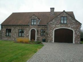 Très belle villa sur 23 a. Elle vous offre trois chambres, une salle de bain, un salon, une salle à manger, une grande cuisine, une douc