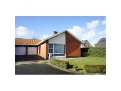 WONING MET GARAGE EN TUINBevat o.m.: living, keuken, wasplaats, badkamer, 3 slaapkamers, zolder.Opp: 328m².KI 456Â.EPC 598kWh/m².Wg.