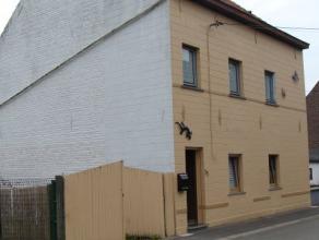 Maison 3 façades avec pass. lat., terrasse et jard. Cave, hall d'entrée, s. à m. -cuis. semi-éq., buand., sal.-pièc