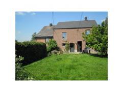 Très bonne maison d'habitation rénovée avec garage et jardin, pour 570 m². Composition: sous-sol: cave. Rez: sal.-s. &agrave