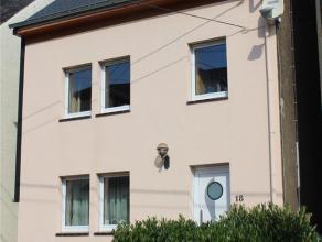Maison rénovée avec garage et jardin. Hall d'entrée, w.-c. séparé, sal., s. à m., cuis. éq., veranda.