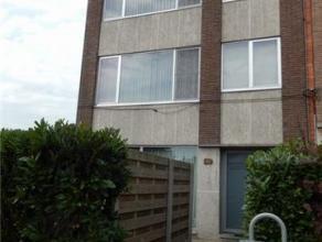 Gunstig gelegen appartementsgebouw te Oud-Turnhout, St.Bavoplein 10. Indeling: Gelijkvlrs.: App.1: hall met kleine berging en trap, living met erker,