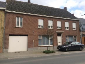 Bijzonder ruime rijwoning met grote tuin en garages-werkplaats te Proven, Obterrestraat 21. Opp: 9a70ca. KI.: 319 euro. Bestaande uit voorplaats (slaa