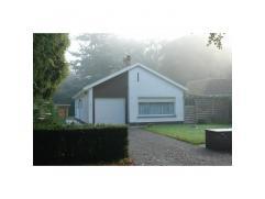 Zeer goed gelegen alleenstaande woning, nabij Maalse Steenweg, winkels, bushalte, bevat voortuin, oprit, inkom, toilet, garage, ruime living (eetplaat