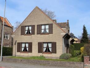 ALLEENSTAANDE gezinswoning met DUBBELE GARAGE, ZONNIGE TUIN en 4 (waarvan 1 kleinere) slaapkamers. Mooie residentiële ligging met ALLES BINNEN HA