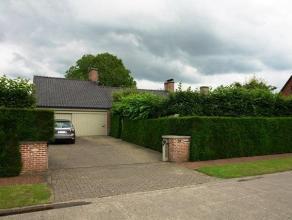 Heel goed onderhouden gelijkvloerse villa met 3 GELIJKVLOERSE SLAAPKAMERS, dubbele garage, professioneel aangelegde tuin, en grote inrichtbare zolder
