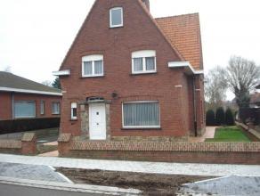 Verzorgde gezinswoning in open bebouwing. Opp.: 871m²; K.I.: 528euro; EPC: 671kWh/m²jaar; niet overstromingsonderhevig. Het gelijkvloers omv