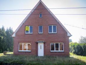 Vrijstaande woning gelegen op 887 m².Indeling woning: Gelijkvloers: keuken, badkamer, wasplaats, berging, living, garage, veranda, traphal/inkomh