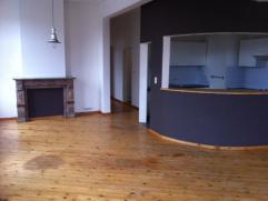 Mooi licht appartement in hoekhuis, inkomhal, grote leefruimte met half-open keuken, badkamer met zitbad, slaapkamer. Provisie kosten omvat water, ele
