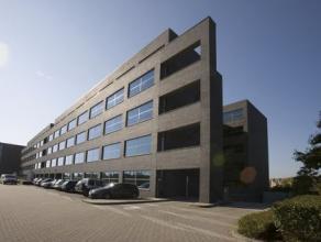 """Berchemstadionstraat 76 is een van de drie gebouwen van kantorenpark """"De Veldekens"""" te Berchem.Het gebouw heeft baksteen gevels met aluminium kozijnen"""