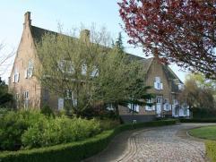 Zeer gunstig gelegen voor uitvalswegen in een landelijk kader staat deze ruime villa met bijgebouwen op ca. 1,9 Ha grond. Een uniek eigendom met vele
