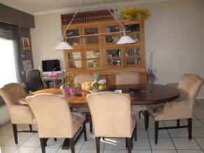 Gelijkvoers appartement, rustig gelegen nabij centrum Brasschaat, met tuin en aanpalende garagebox. Inkomhal met 2 opbergkasten en gastentoilet. Ruim